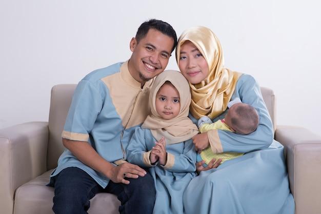 Piękna muzułmańska rodzina z dziećmi razem
