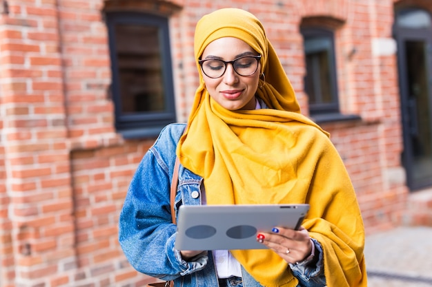 Piękna muzułmańska studentka z tabletem