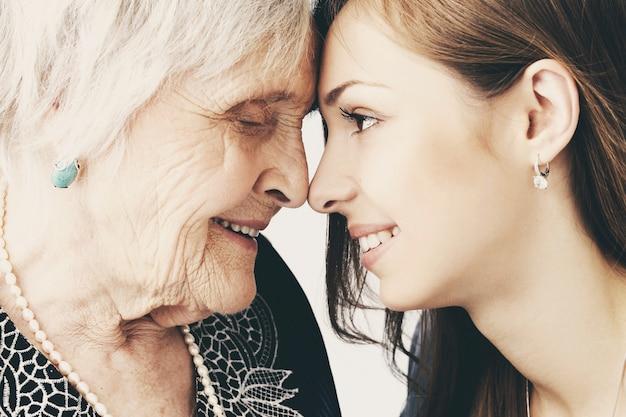 Piękna nastolatek dziewczyna i jej babcia, rodzinny portret