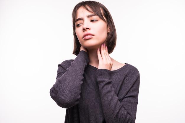 Piękna nastolatka ból szyi na białym tle