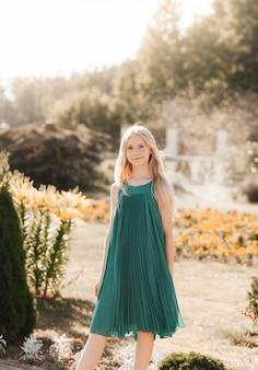 Piękna nastolatka spacerująca w parku latem