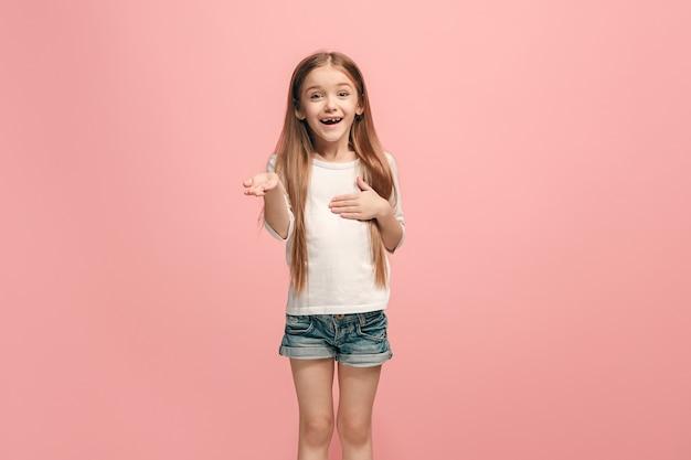 Piękna nastolatka szuka zaskoczony na różowym tle