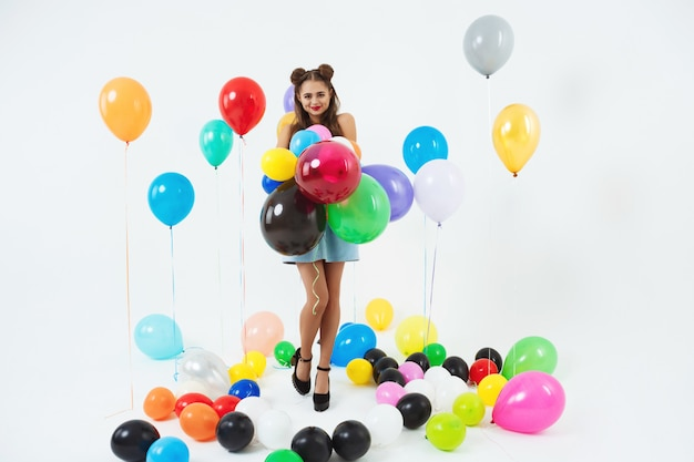 Piękna nastolatka w modnych butach przygotowuje się na bal maturalny