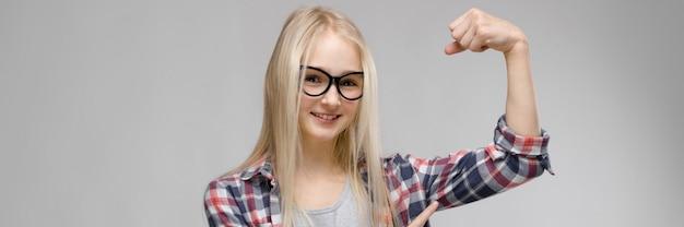 Piękna nastolatka z długimi włosami i noszących okulary
