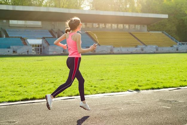 Piękna nastoletnia dziewczyna biega w stadium