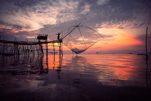 Piękna natura krajobrazowy ranku niebo przy wschodem słońca przy wioski rybackiej stylem życia