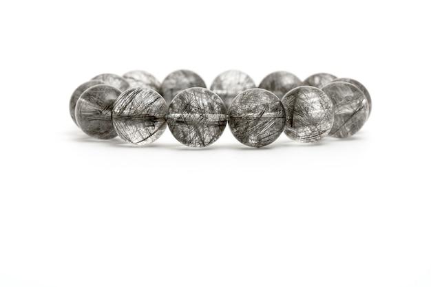 Piękna naturalna rzadka srebrna bransoletka z rutylowego kwarcu z kamieniami szlachetnymi na białym tle