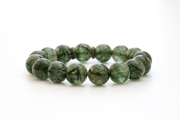 Piękna naturalna rzadka zielonkawa bransoletka z kwarcu rutylowego z kamieniami szlachetnymi na białym tle