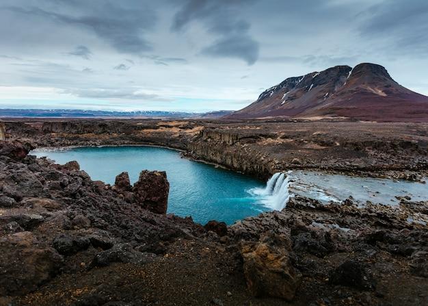 Piękna naturalna sceneria z jeziorem i wzgórzami