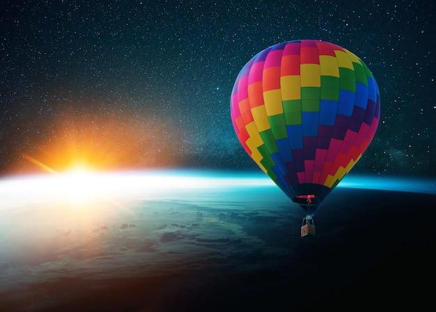 Piękna niebieska planeta ziemia w przestrzeni kosmicznej na tle gwiazd i drogi mlecznej ze wschodem słońca. niesamowity żółty zachód słońca z kosmosu. świat ze światłem słonecznym