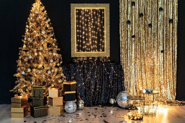 Piękna nowoczesna luksusowa lokalizacja z błyszczącą złotą choinką i światłami, pudełka w modnym stylu