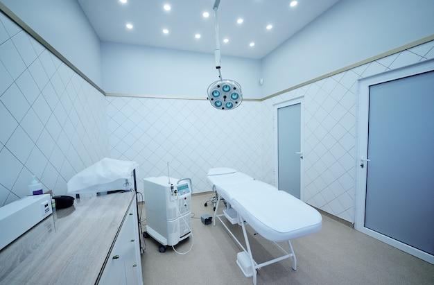 Piękna nowoczesna sala operacyjna w klinice kosmetycznej. kosmetologia laserowa, dermatologia.