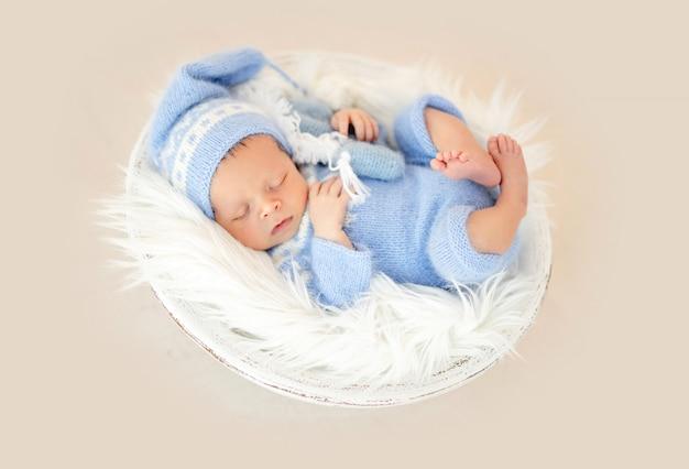 Piękna noworodka w kołysce