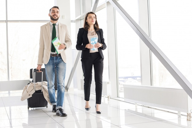Piękna nowożytna para w lotnisku