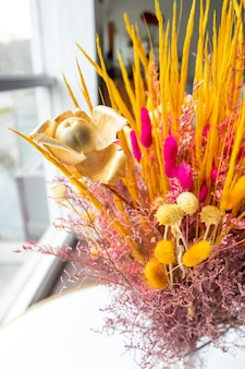Piękna odwodniona kompozycja kwiatowa