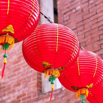 Piękna okrągła czerwona latarnia wisząca na starej tradycyjnej ulicy, koncepcja chińskiego festiwalu księżycowego nowego roku, z bliska.