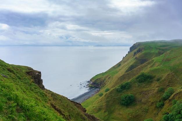 Piękna, oszałamiająca sceneria wąwóz lealt i krawędź klifu, isle of skye, szkocja
