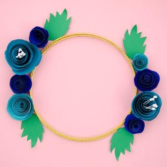 Piękna ozdobna ramka z niebieskimi papierowymi kwiatami