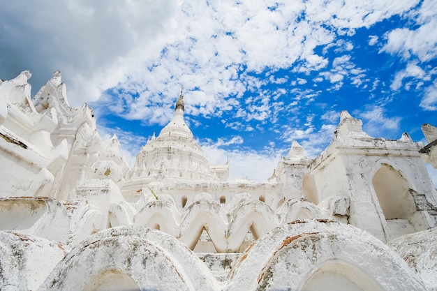 Piękna pagoda hsinbyume (mya thein dan) lub o nazwie taj mahal z rzeki irrawaddy