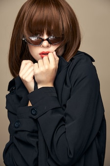 Piękna pani ciemny płaszcz jasny makijaż śmiejąc się w pomieszczeniu widok z przodu