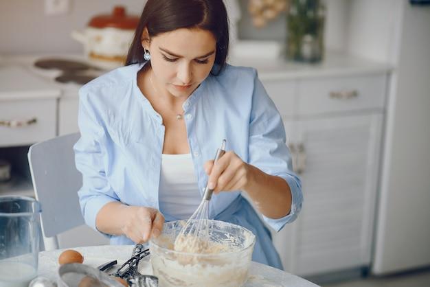 Piękna pani gotuje ciasto na ciasteczka