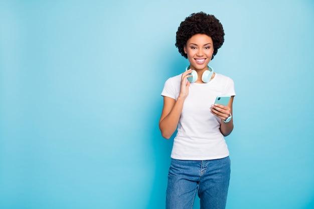 Piękna pani hipster trzyma uśmiech aplikacji telefonu