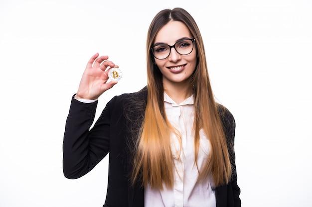 Piękna pani kobieta trzyma monetę bitcoin w dłoniach na białym tle