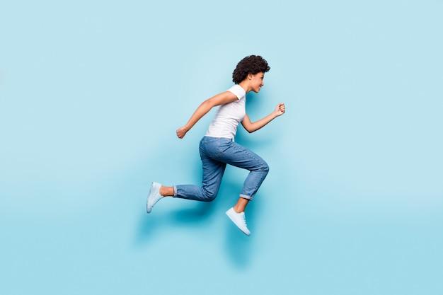 Piękna pani skacząca wysoko w pośpiechu maraton