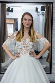 Piękna panna młoda blondynka pozowanie w sukni ślubnej