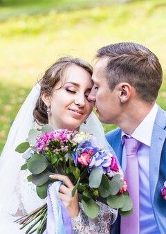 Piękna panna młoda i pan młody w dniu ślubu na świeżym powietrzu