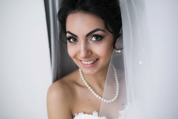 Piękna panna młoda kaukaski przygotowuje się
