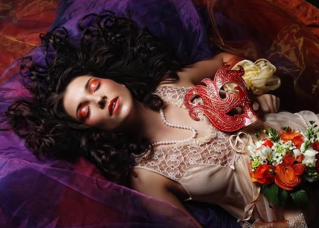 Piękna panna młoda leżała na organzie.