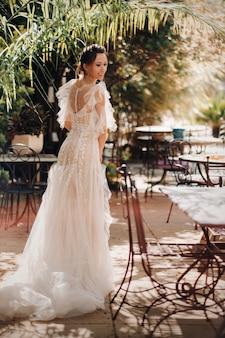 Piękna panna młoda o przyjemnych rysach w sukni ślubnej zostaje sfotografowana w prowansji. portret panny młodej we francji.