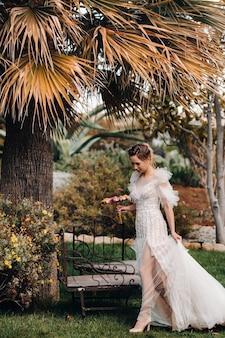 Piękna panna młoda o przyjemnych rysach w sukni ślubnej zostaje sfotografowana w prowansji.