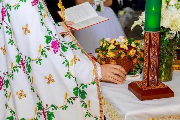 Piękna panna młoda patrzy na swojego narzeczonego na ceremonię ślubną