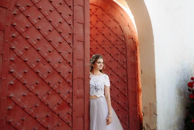 Piękna panna młoda portret fryzura ślubna makijaż, piękna młoda kobieta w białej sukni w domu. seria.