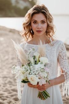 Piękna panna młoda portret na plaży