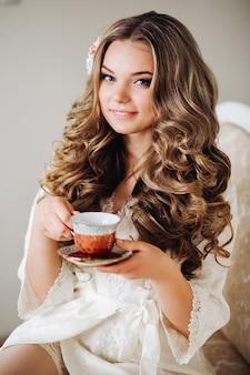 Piękna panna młoda rano w swoim pokoju