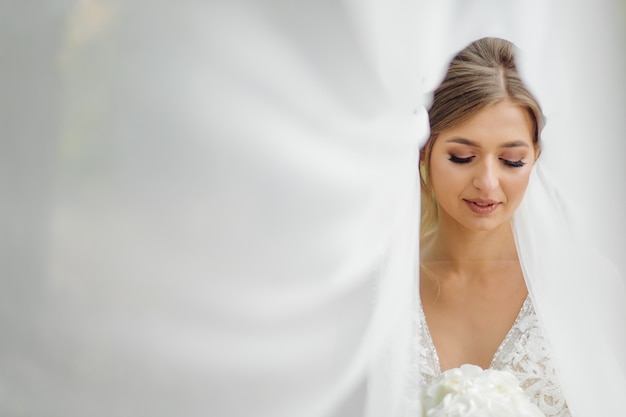 Piękna panna młoda ubrana w suknię ślubną