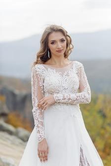 Piękna panna młoda w białej sukni pozowanie.