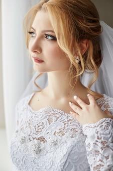 Piękna panna młoda w białej sukni ślubnej w dniu ślubu.