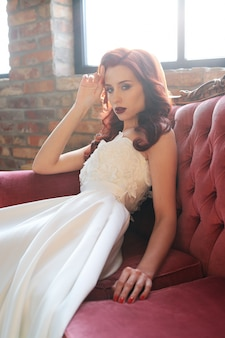 Piękna panna młoda w białej sukni ślubnej