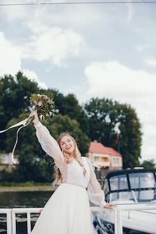 Piękna panna młoda w długiej białej ślubnej sukni