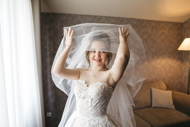 Piękna panna młoda w dniu ślubu