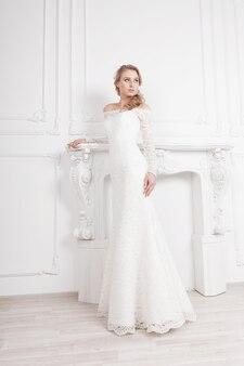 Piękna panna młoda w eleganckiej białej sukni