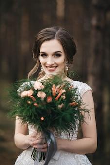 Piękna panna młoda w sukni ślubnej moda o