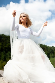 Piękna panna młoda w sukni ślubnej