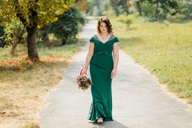 Piękna panna młoda w zielonej sukni ślubnej