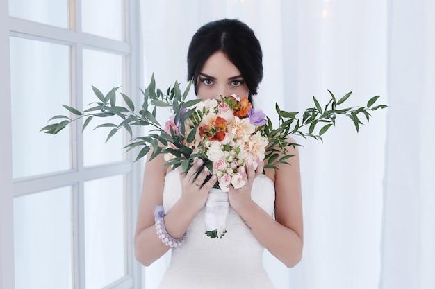 Piękna panna młoda z białą sukienką