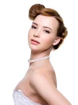 Piękna panna młoda z fryzurą ślubną mody